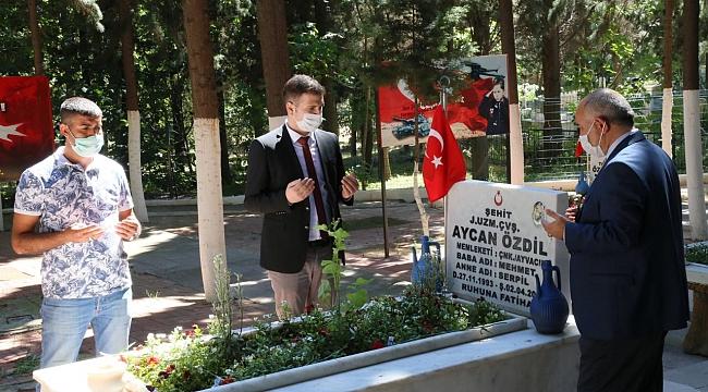 Edremit Belediyesi Şehitlikte ve mezarlıklarda karanfil dağıttı