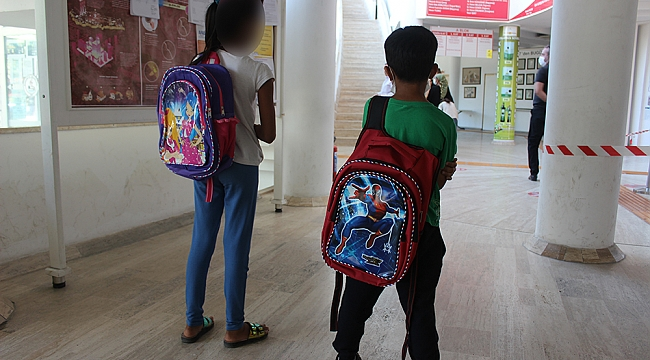 Burhaniye Belediyesi ihtiyaç sahibi öğrencilere okul kıyafeti yardımı yaptı.