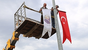 Burhaniye'de caddeler Bayraklarla donatıldı